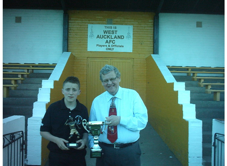 Joe Spooner receiving the player ofthe year award from Andy Turner